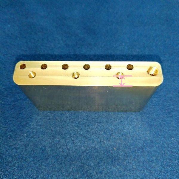 Musiclily Ultra10.5mmフルブラス36mmのブリッジエンド側のブロック淵から各マウントネジ穴中心の長さ:5.5mm