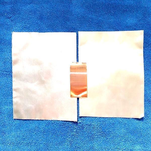アルミテープの間に導電性銅箔テープを一部だけ貼った状態