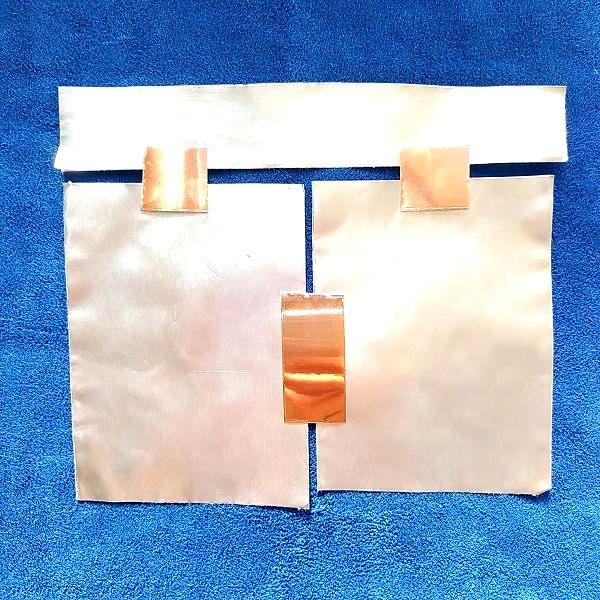 複数のアルミテープの間に導電性銅箔テープを一部だけ貼った状態