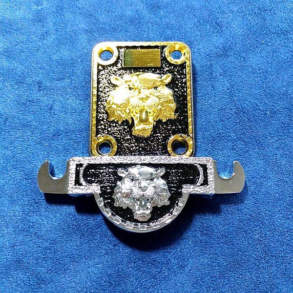 ライオンヘッドパターンテールピース 亜鉛合金タイガー(画像上)と比較